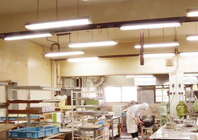 本社工場内で作業するスタッフ