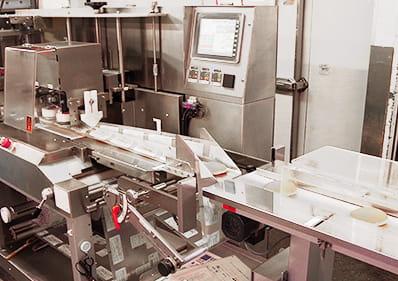 稼働中のお菓子製造機