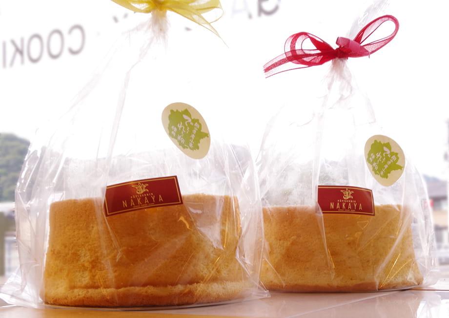 綺麗に包装して店頭に並べるシフォンケーキ