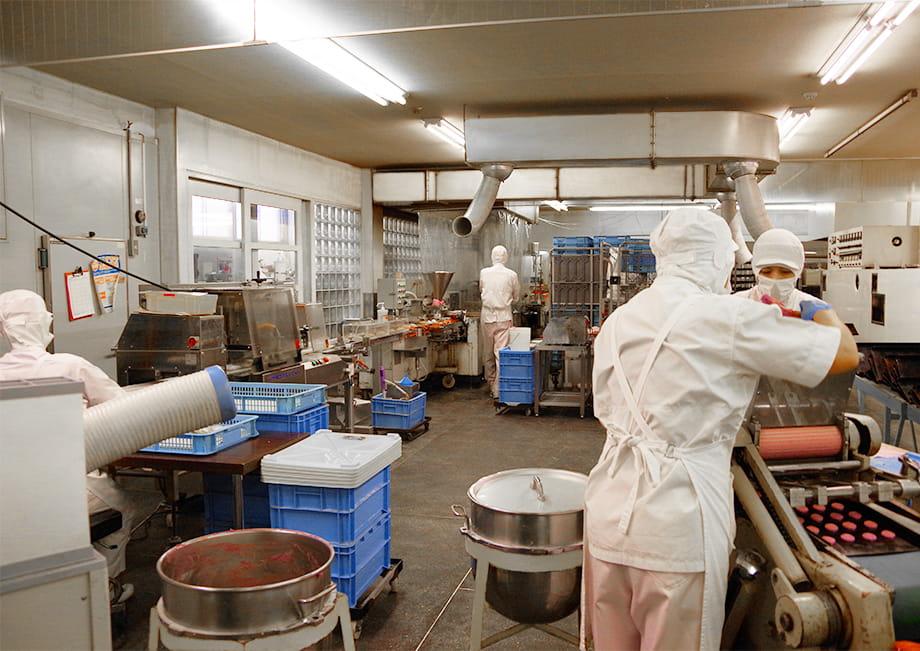 荘内工場にて、クッキーと生クリームサンドを製造